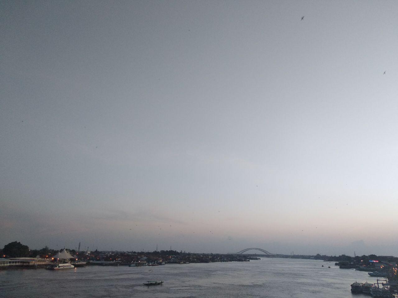 Menikmati senja di Jembatan Ampera